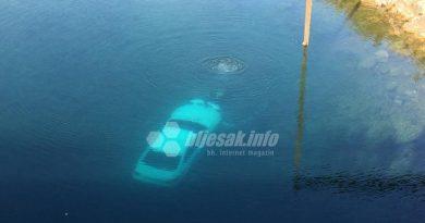 Automobil sletio u rijeku kod Čapljine, pogledajte kako su ga izvlačili!